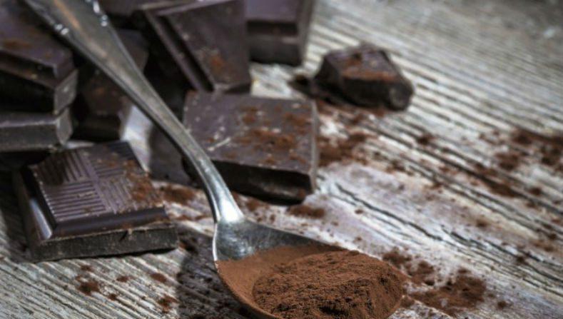 O Chocolate age como antioxidante, ajuda até a prevenir rugas e pode ser utilizado como fonte de energia para atividades físicas