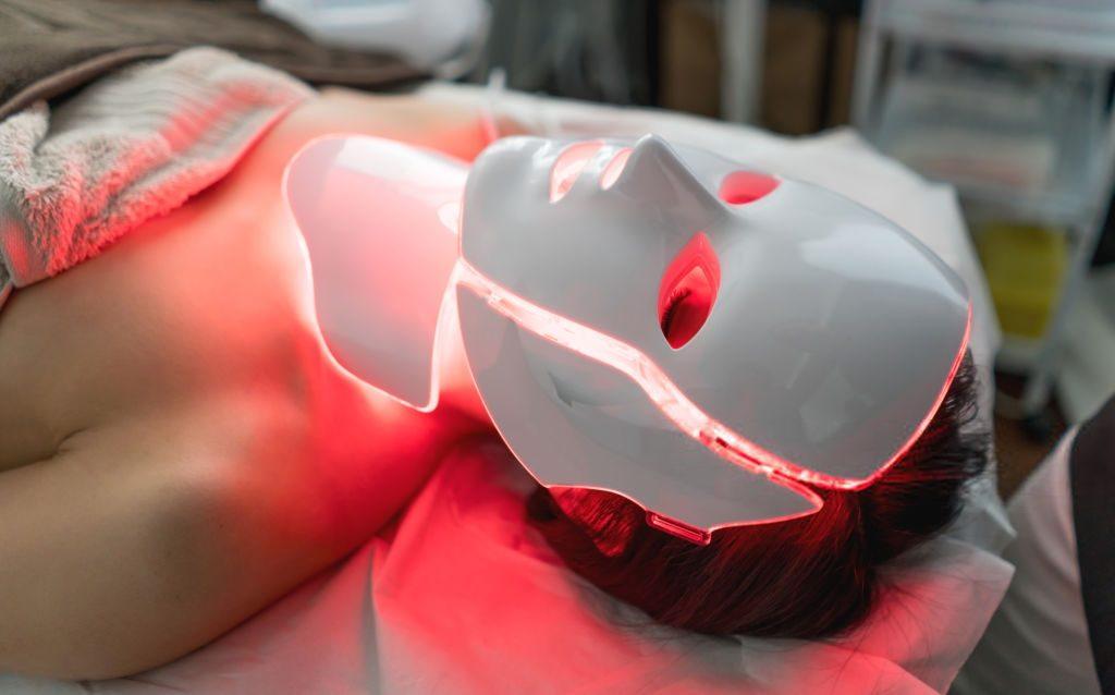 """""""Queridinha"""" das famosas, máscara de LED ajuda no rejuvenescimento da pele"""