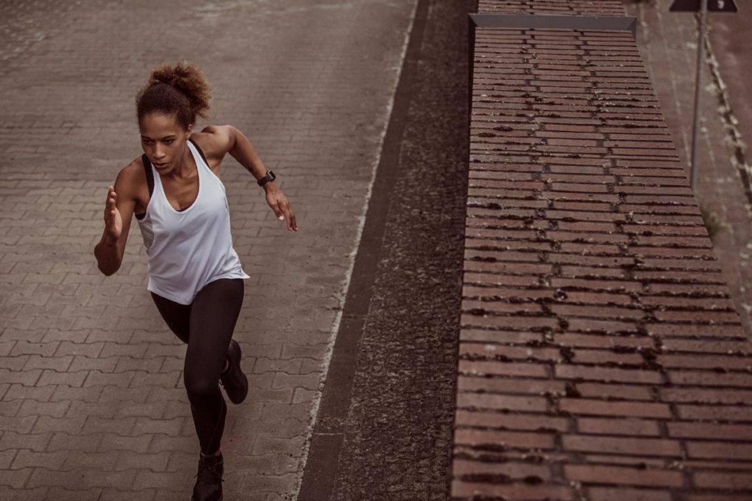 Combinar exercícios de alta intensidade com corrida melhora performance de corredores e auxilia na perda de peso