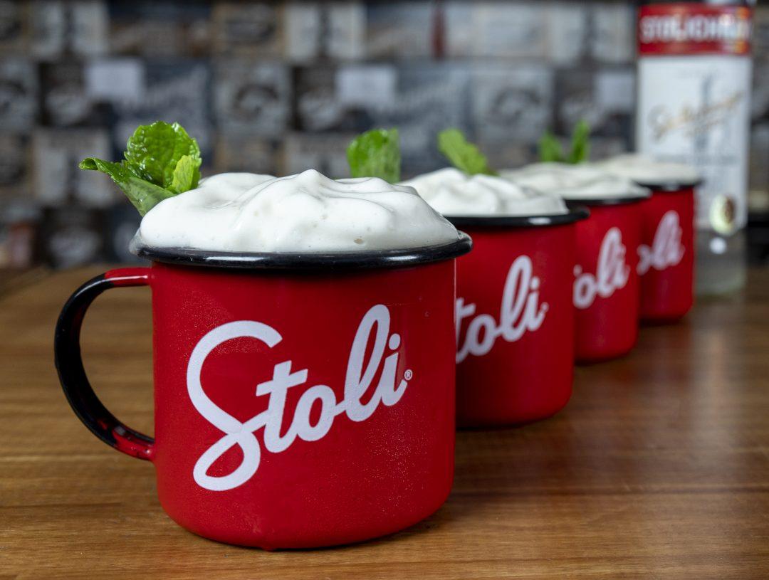 Para brindar a primavera/verão, Stolichnaya ensina drinks refrescantes e fáceis de serem feitos
