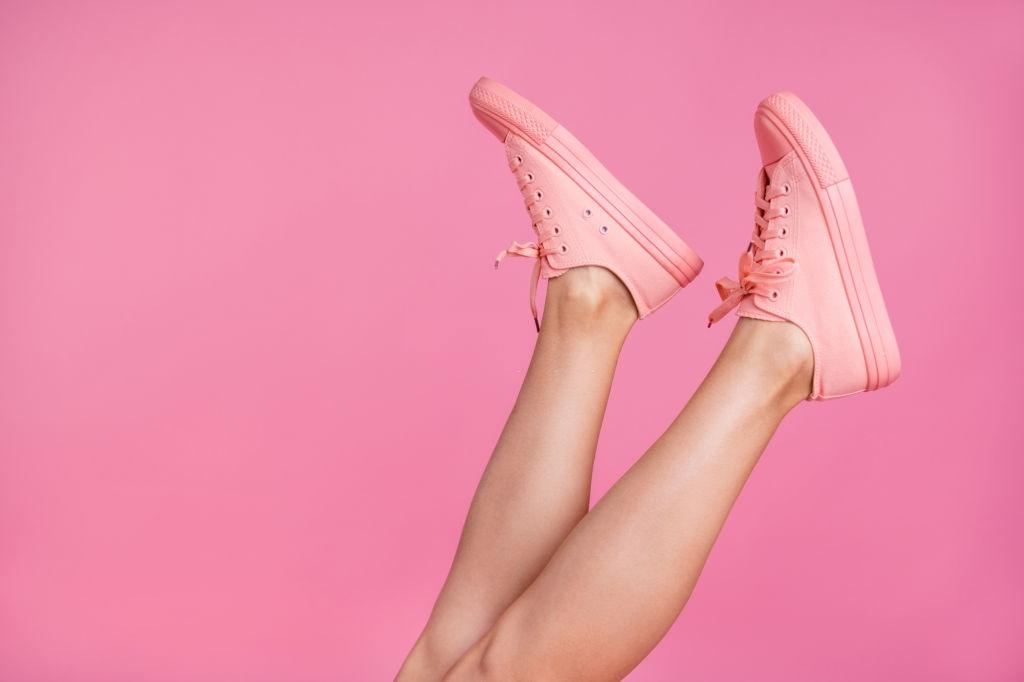 09 ideias de looks com tênis para você arrasar no trabalho