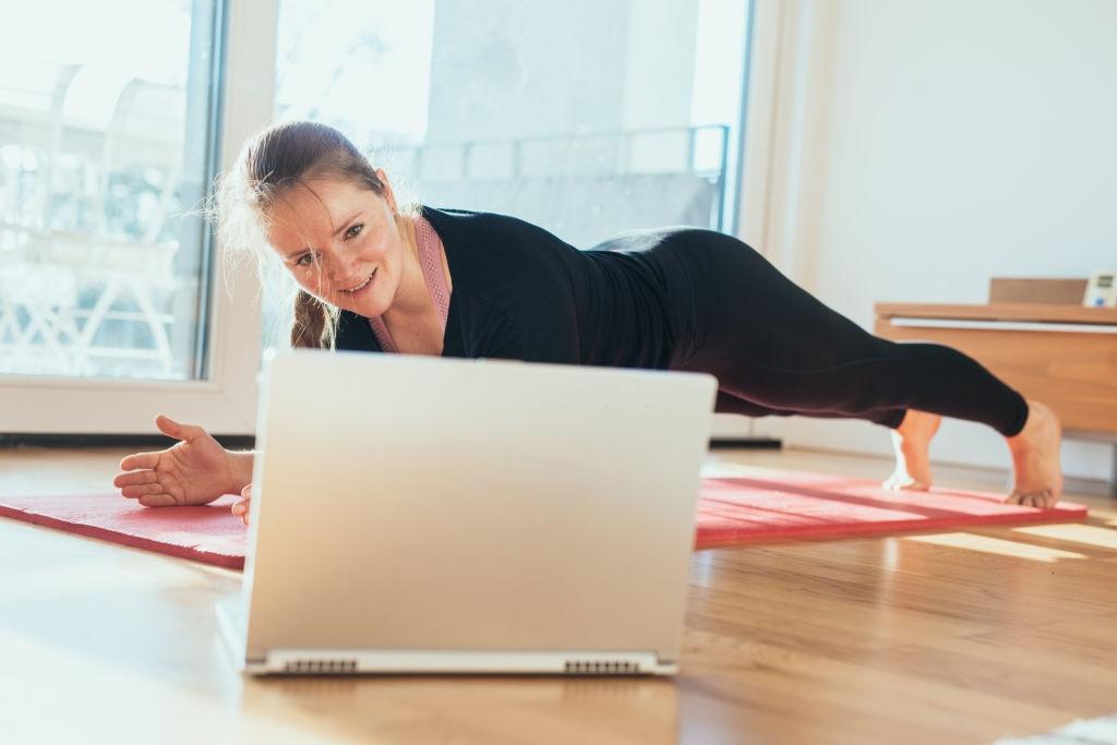 4 passos para evitar lesões musculares durante treinos em casa