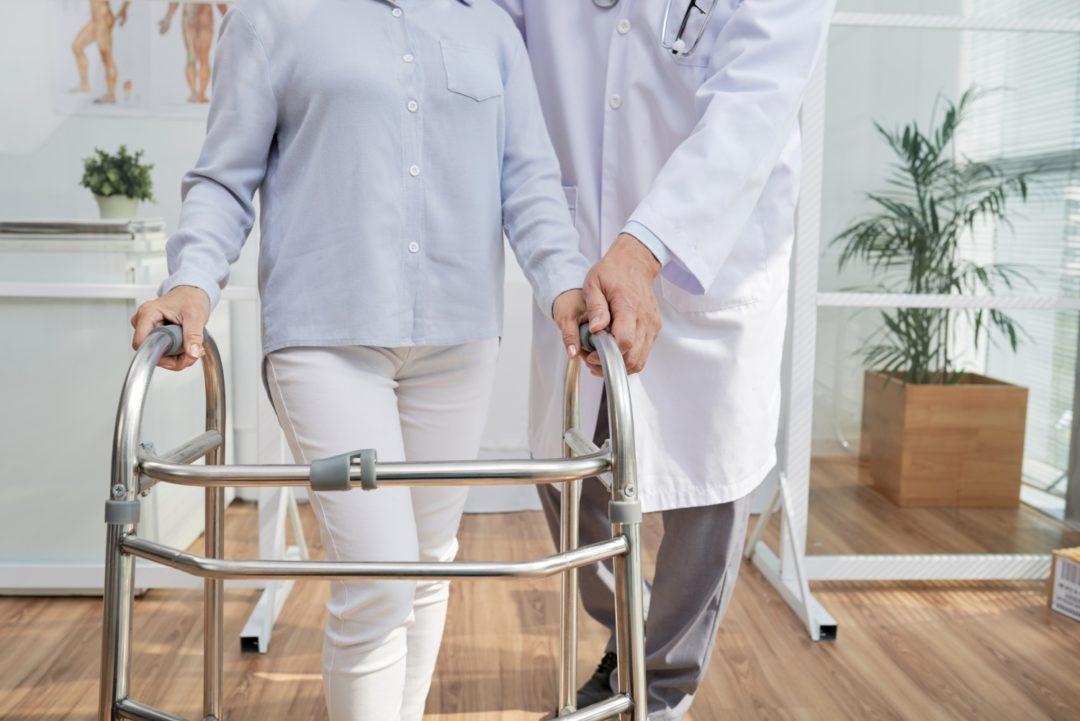 Queda em idosos: medidas simples podem evitar fraturas graves