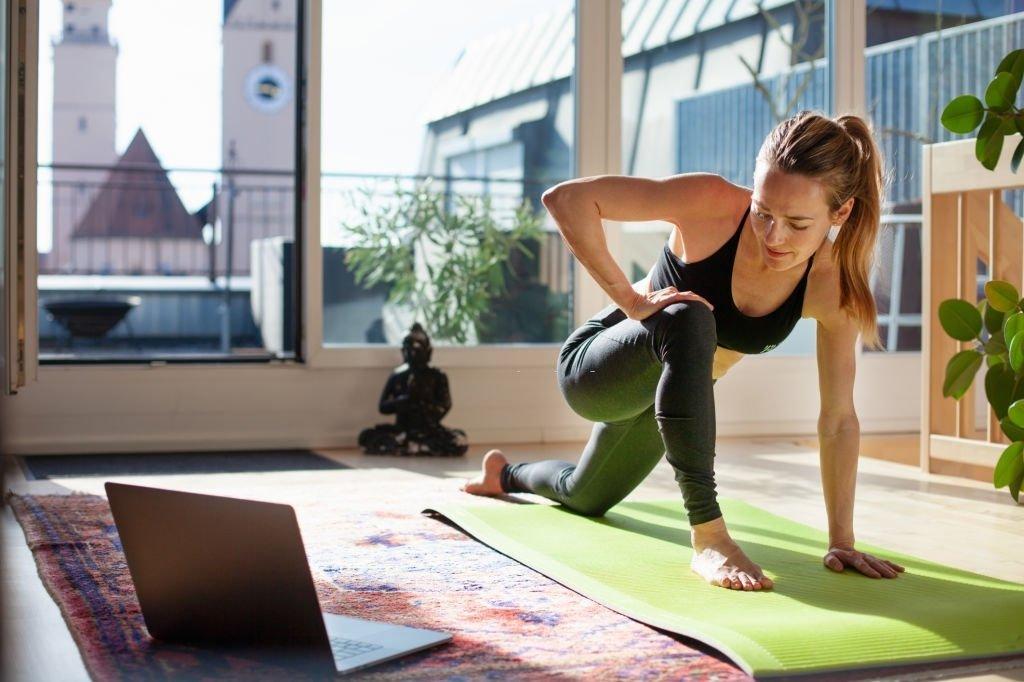 YOGA em casa ajuda a combater dores nas costas