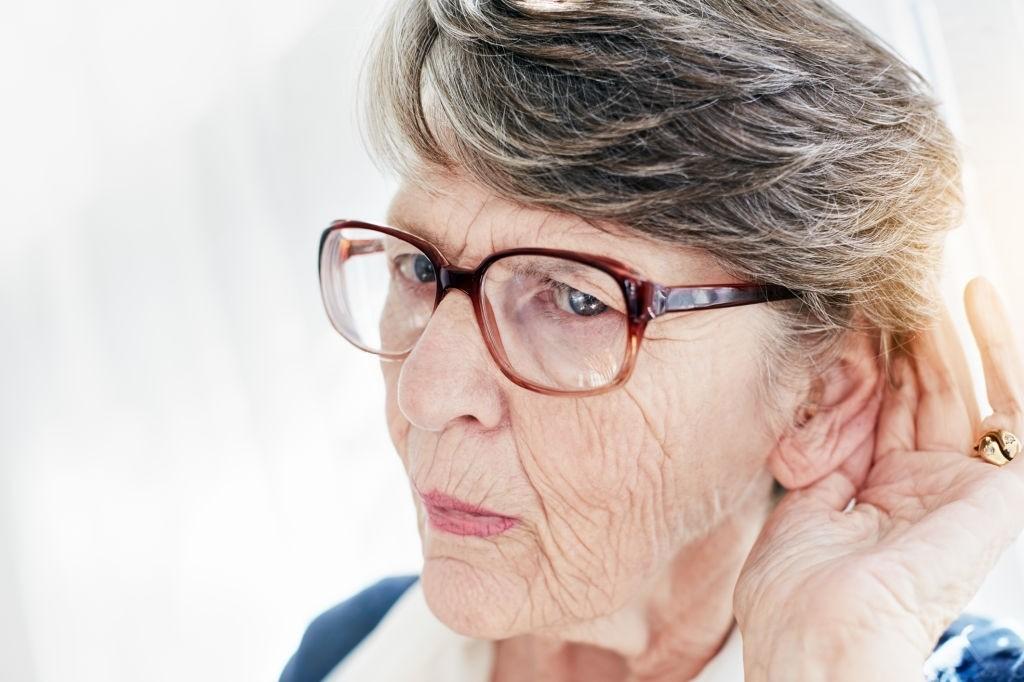 Perda de audição leva idoso ao isolamento, alerta fonoaudióloga
