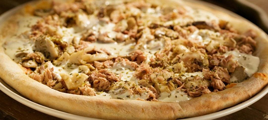 Pizza funghi com atum e requeijão