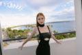 Em Cannes, Marina Ruy Barbosa exibe make glamourosa no baile de gala da AmFAR